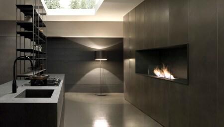 Modulnova Blade 5_Veduta di piano cucina e parete con caminetto in gres pietra savoia antracite
