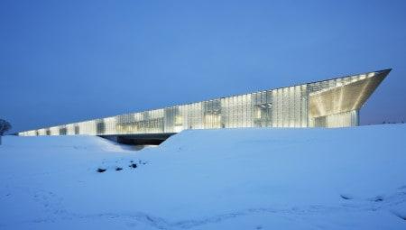 Veduta del fronte sud dell'edificio museale illuminato all'imbrunire, con i suggestivi effetti di trasparenze visive e velature prodotte dalla sua triplice pelle vetrata.