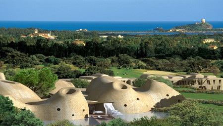 Golf and design. The greens blend into the Mediterranean vegetation at the Is Molas Golf Resort, the context for an exclusive system of villas designed by the Fuksas duo.