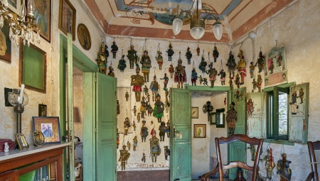 Una vista delle raccolte di oggetti che caratterizzano il personale palcoscenico domestico di casa Di Biase.
