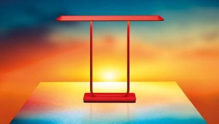 Tempio, design Atelier Oï per Artemide, è una lampada da tavolo in metallo che si ispira alle forme dei templi e dei portali giapponesi. Utilizza una fonte luminosa a led a luce diretta e si caratterizza attraverso gli effetti della luce sulla materia.