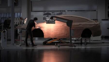 Un artigiano plasma in scala reale con l'argilla le forme della nuova BMW Serie 6 Gran Turismo. Gli artisti, affiancati dai designer, danno forma a un modello che richiede fino a due tonnellate di materiale e diversi giorni di lavorazione.