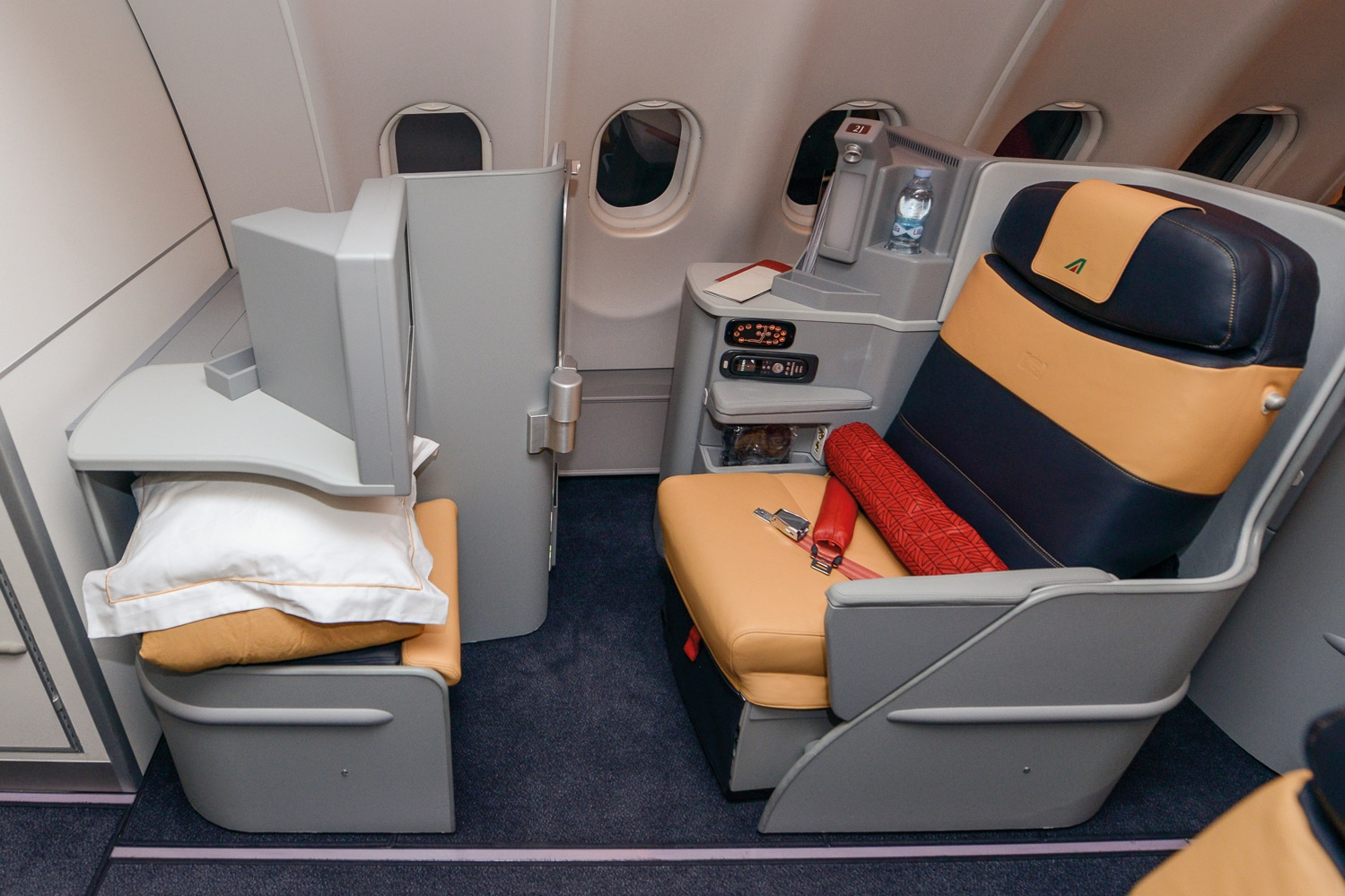 Poltrona First Class.Poltrona Frau Conquers High Altitude Luxury And Flies With