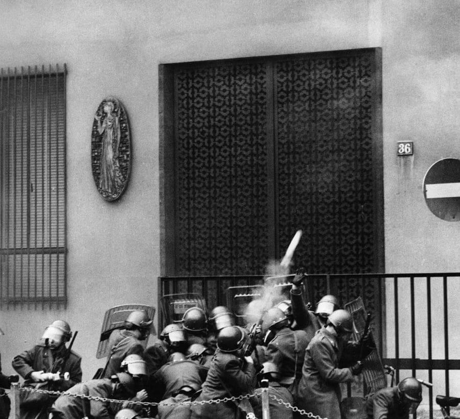 (foto giornali) Uliano Lucas – Polizia-all'assalto della Statale di Milano 1971