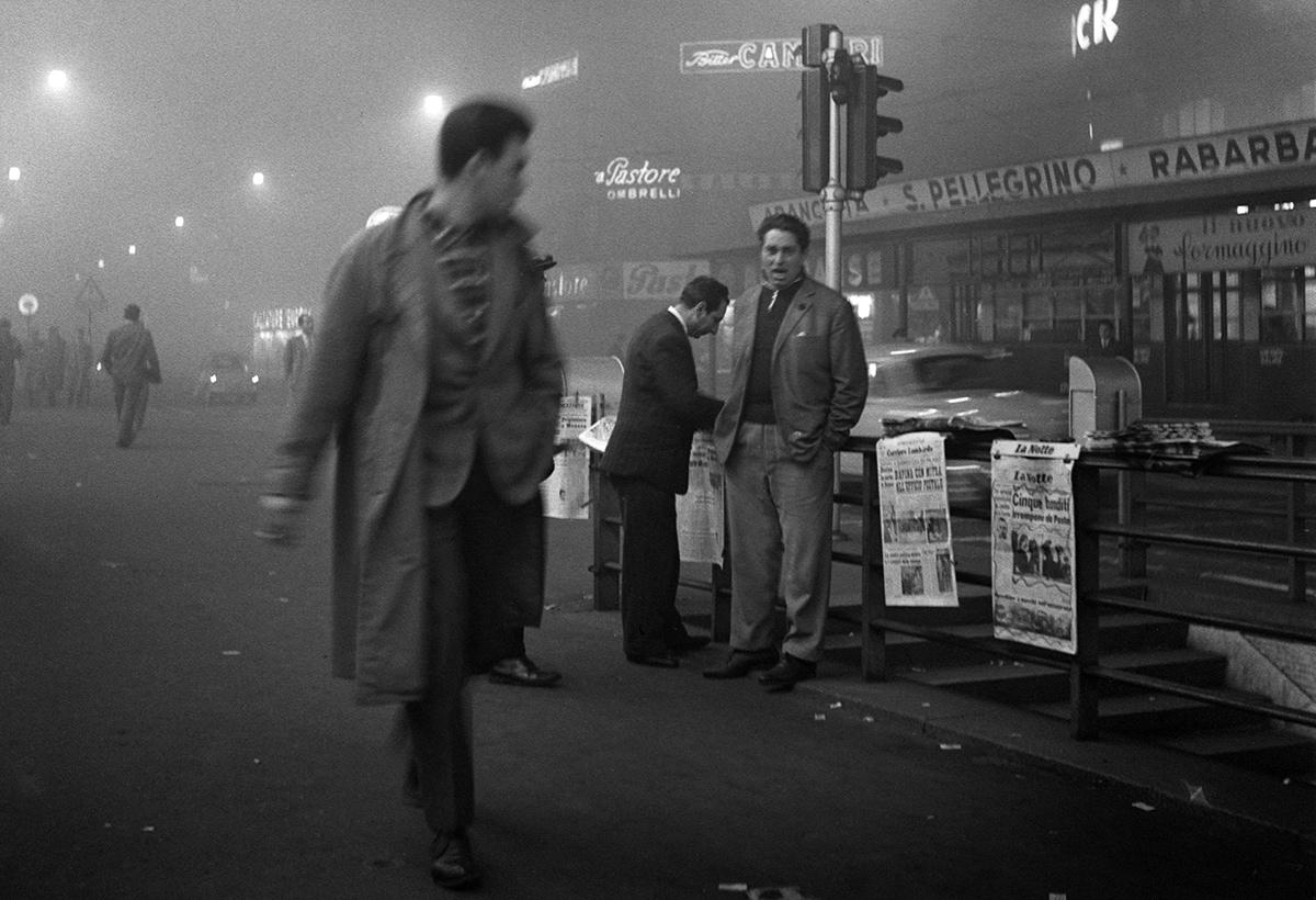Milano, 31 ottobre 1957. Lo strillone