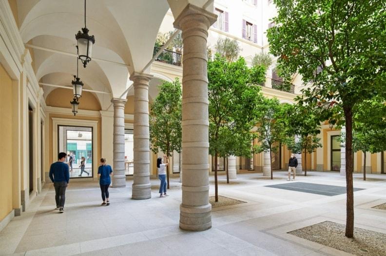 Apple_Via-Del-Corso-opens-in-Rome-exterior-team-members-walking_052721-min