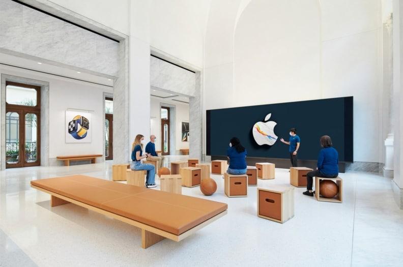Apple_Via-Del-Corso-opens-in-Rome-interior-screen-wall-area_052721-min