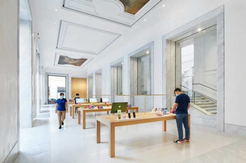 Apple_Via-Del-Corso-opens-in-Rome-interior-team-members-wide-storeview_052721-min