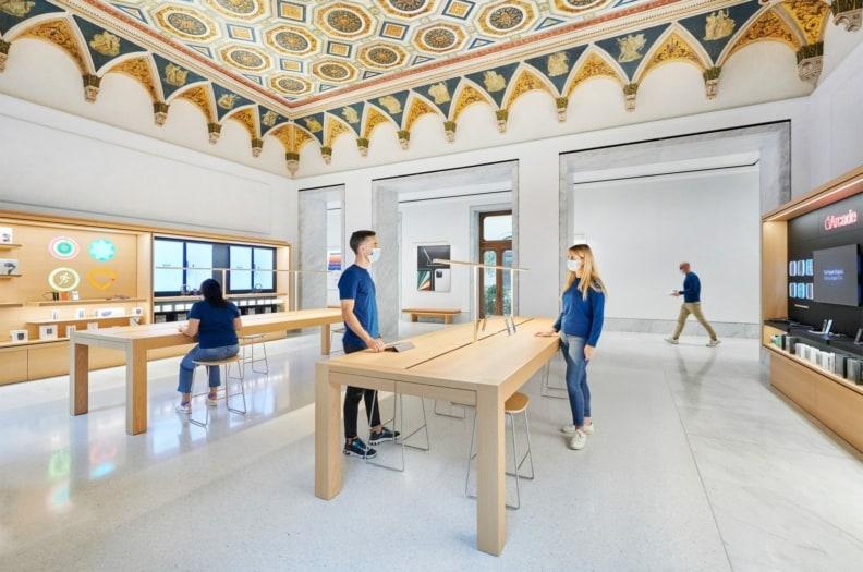 Apple_Via-Del-Corso-opens-in-Rome-interior-team-members_052721-min